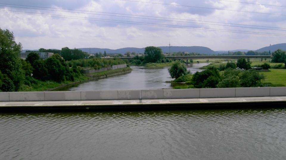 Wasserstraßenkreuz in Minden; im Hintergrund das Durchbruchstal der Porta Westfalica